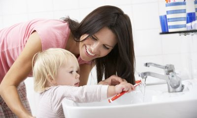kind en moeder tandenpoetsen