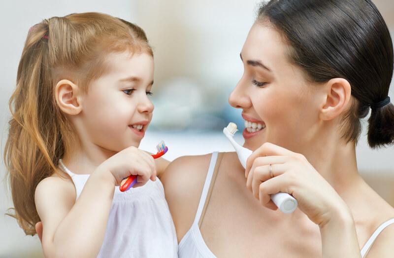 moeder en kind tandenpoetsen