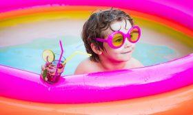 kleine kinderen en zwembad